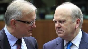 O comissário europeu para os Assuntos Econômicos, Olli Rehn (à esquerda), e o ministro das Finanças irlandês, Michael Noonan.