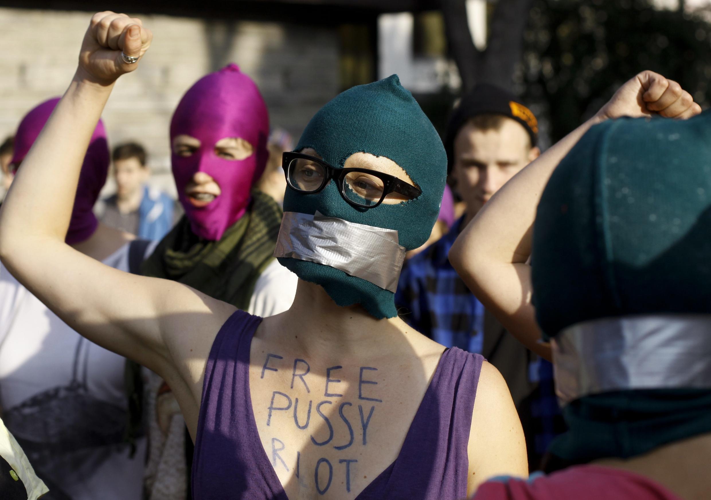 Ativistas poloneses protestam contra a decisão da pena de dois anos de prisão às garotas do Pussy Riot, no dia 17 de agosto, em frente à embaixada russa em Varsóvia.