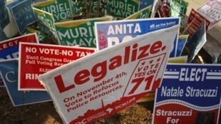 Des panneaux pro-légalisation du cannabis à Washington DC, le 4 novembre 2014.