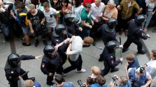 Policías detienen a un manifestante durante una protesta anticorrupción en Moscú, este 12 de junio de 2017.