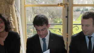 O primeiro-ministro francês, Manuel Valls (centro), a ministra do Trabalho, Myriam El Khomri, e o ministro da Finanças, Emmanuel Macron (direita) durante reunião com representantes dos sindicatos.