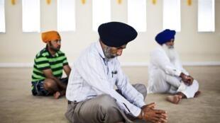 Sikhs rezam em templo na Califórnia após o atentado terrorista e xenófobo que matou seis fiéis em Wisconsin, nesta segunda-feira nos Estados Unidos.
