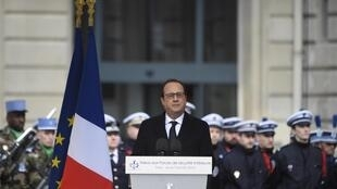 O presidente François Hollande em discurso na sede da polícia em Paris.