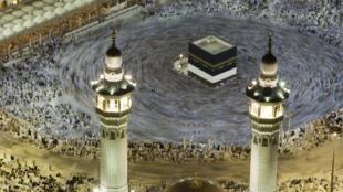 Des pélerins autour de la Kaaba dans la Grande Mosquée, le 24 novembre 2009.