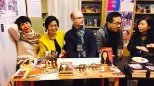 Nhà văn Đoàn Ánh Thuận (T), nhà phê bình văn học Đoàn Cầm Thi (áo vàng) và các tác giả, dịch giả tham gia Tủ Sách Văn Học Việt Nam Đương Đại. Ảnh chụp tại gian trưng bày của nhà xuất bản Riveneuve, Triển lãm Sách Paris 2018, ngày 18/03/2018.
