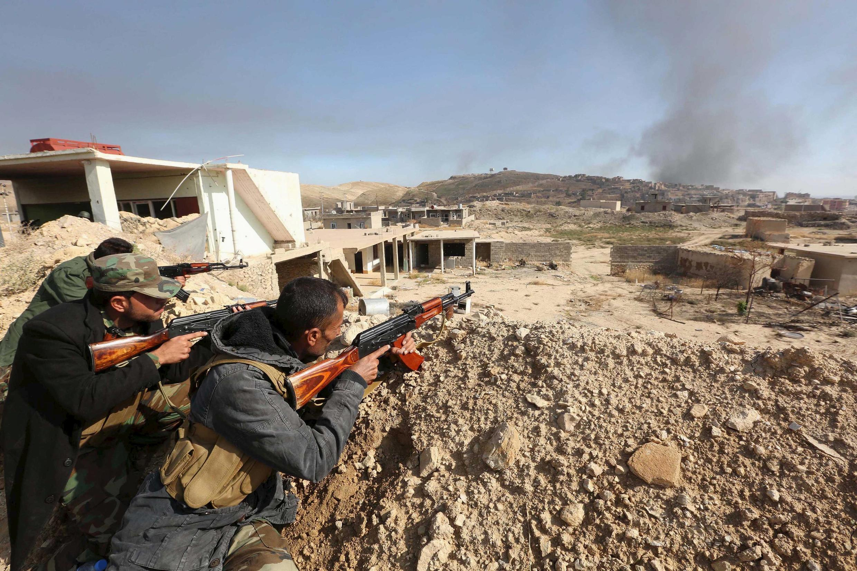 Des combattants peshmergas en position dans la ville de Sinjar, en Irak, le 12 novembre 2015.