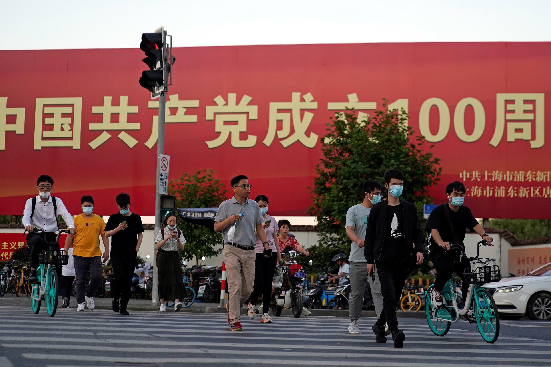 上海街头中共庆祝建党100周年标语牌