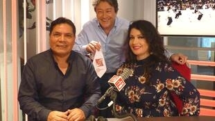 Wilfredo G Fernández de la Rosa, director de la Escuela Moche de París con Wendy Ariza y Jordi Batalle, después de la grabación de El invitado de RFI.