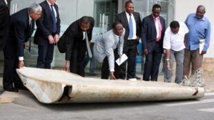 """قطعه بزرگی از بال هواپیمای پرواز """"ام.اچ. ۳۷۰"""" مالزی، پنجشنبه ١۵ سپتامبر ٢٠۱۶ در آبهای تانزانیا پیدا شد."""