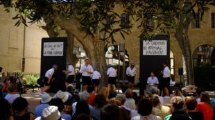 Les comédiens de La Piccola Familia racontent au jardin Ceccano les « Chroniques du Festival d'Avignon, de 1947 à… 2086 ».