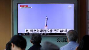 Des Sud-Coréens assistent au lancement d'un nouveau missile nord-coréen au journal télévisé le 29 mai 2017.