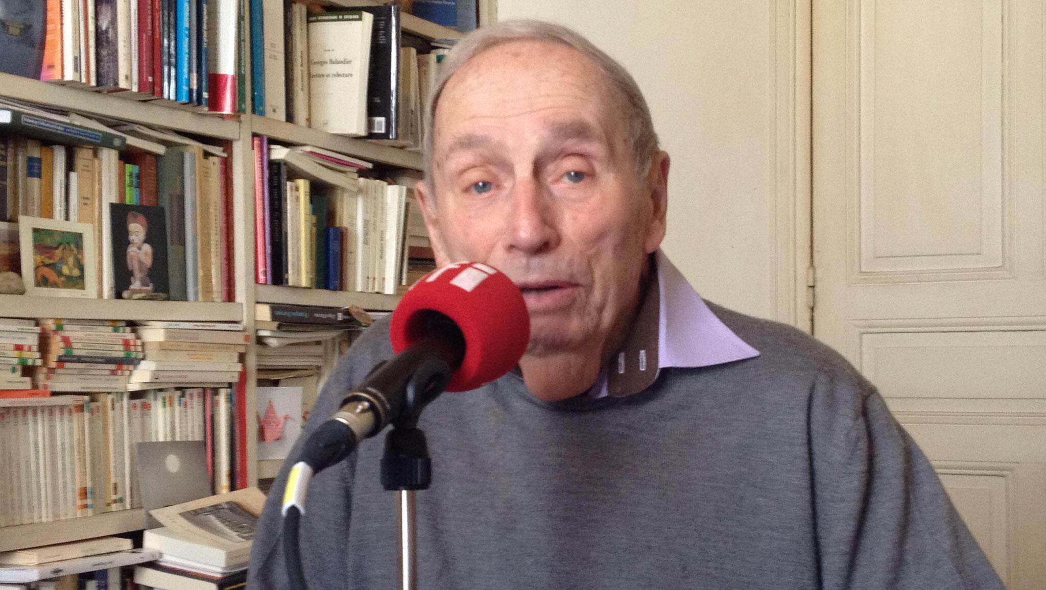 Georges Balandier, dans son bureau, chez lui, à Paris.