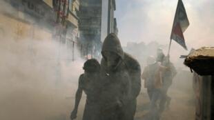 A polícia turca disparou canhões de água e lançou gás lacrimogêneo contra centenas de manifestantes na Praça Taksim de Istambul nesta terça-feira, 11 de junho de 2013.