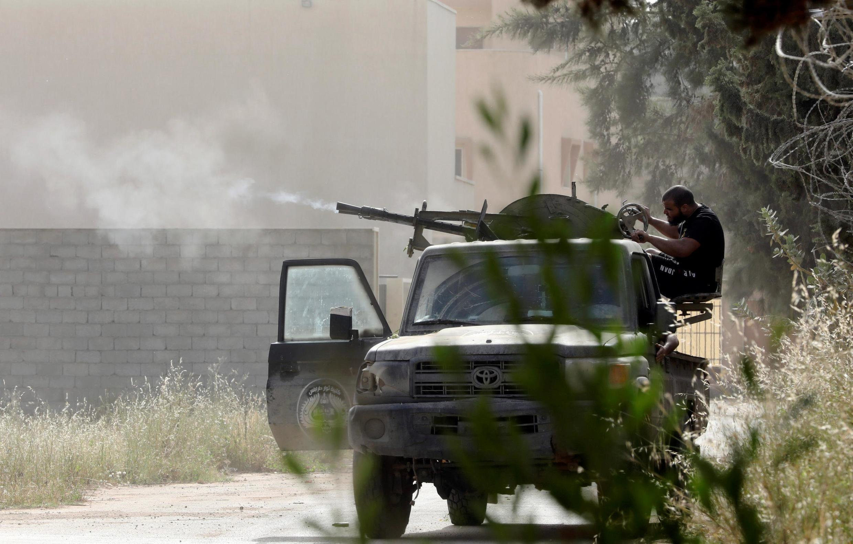 Un membre des forces gouvernementales libyennes à Tripoli, en Libye, le 25 avril 2019.