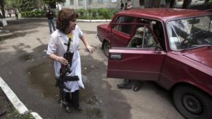 Медработник принимает раненого в больнице Славянска