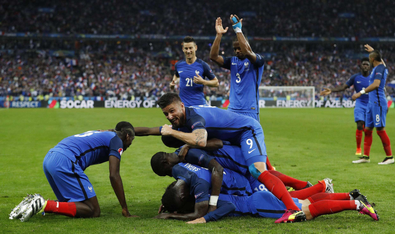 Les Beus washerehekea bao la Antoine Griezmann katika mechi kati ya Ufaransa na Iceland, Euro 2016.