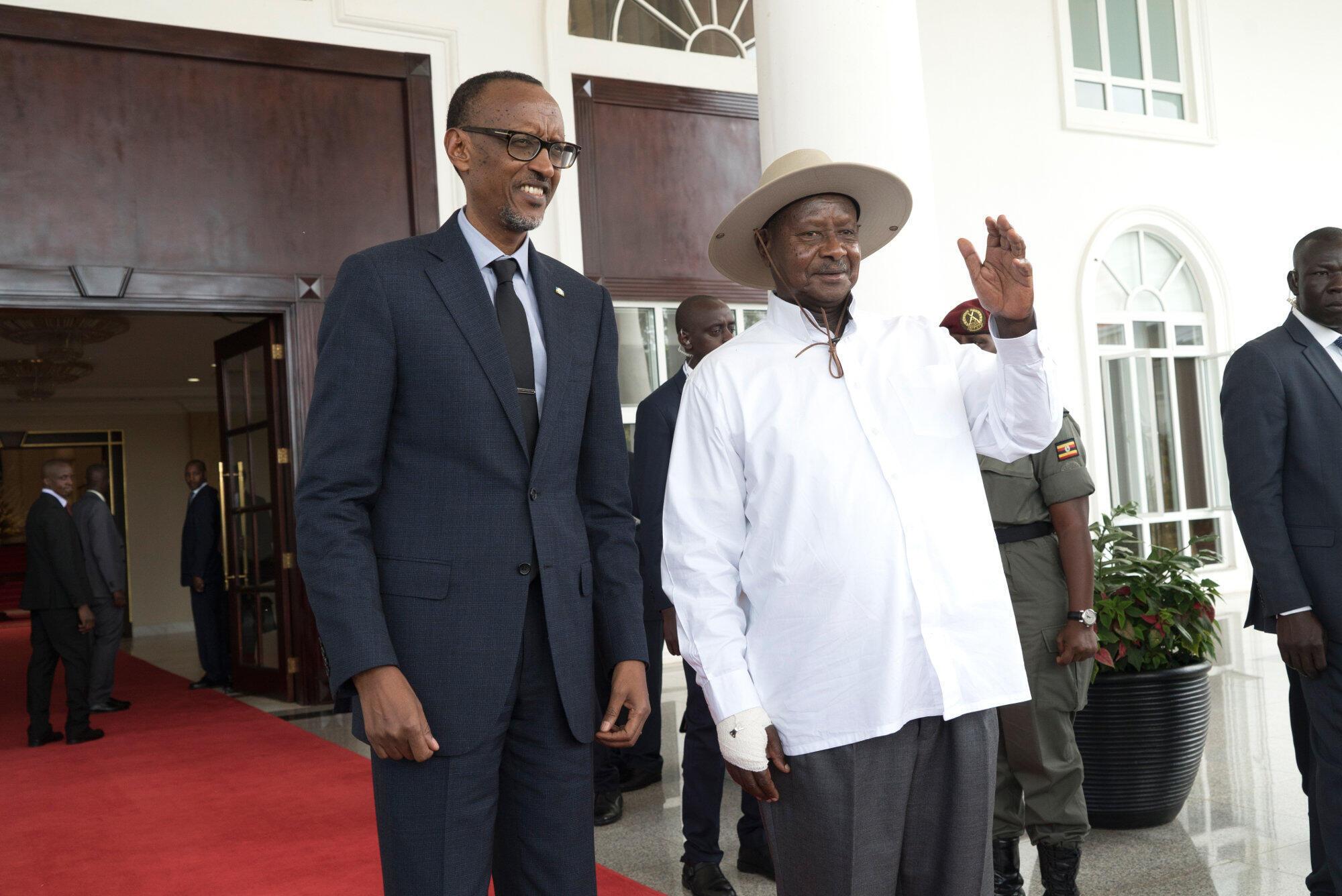 Raisi wa Rwanda Paul Kagame (kushoto) na raisi wa Uganda Yoweri Museveni (Kulia) wakiwa Entebe MAY 2018