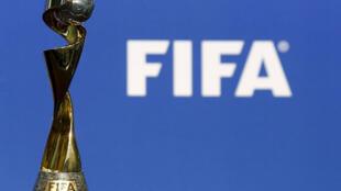 Le trophée de la Coupe du monde féminine de la Fifa, vu avant la cérémonie d'annonce du Mondial 2019 à leur siège à Zurich, le 19 mars 2015.