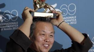 """Đạo diễn Hàn Quốc Kim Ki Duk đoạt Sư tử vàng với bộ phim """"Pieta - Thánh nữ bác ái"""", Liên hoan phim Venise lần thứ 69, ngày 08/09/2012."""