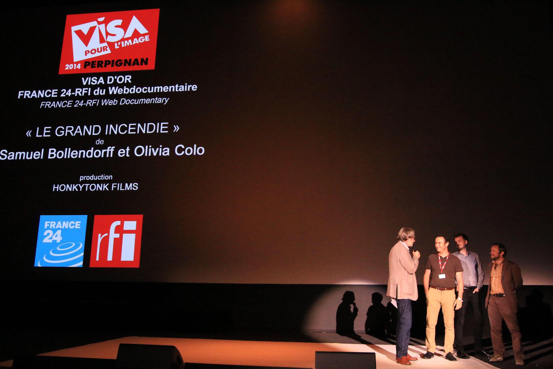 Samuel Bollendorff reçoit son prix sur la scène du Campo Santo à Perpignan, entouré d'Olivier Laurent, Jean-François Leroy, le directeur du festival, Christophe Champin (RFI).