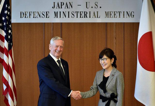 Bộ trưởng Quốc Phòng Mỹ James Mattis (trái) và đồng nhiệm Nhật Tomomi Inada, Tokyo, 04/02/2017.