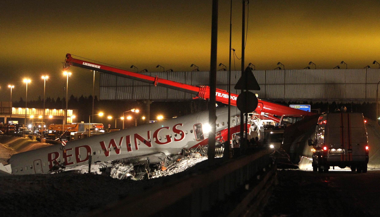 Avião da companhia aérea russa Red Wings fez um pouso forçado em uma rodovia ao lado do aeroporto Vnukovo, perto de Moscou, deixando 4 mortos e 4 feridos.