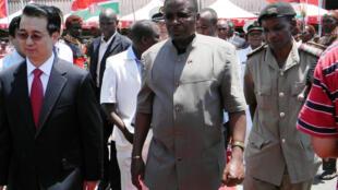 Kenneth Marende (g) a été nommé médiateur de pourparlers dont le gouvernement centrafricain dit ne pas avoir été informé.