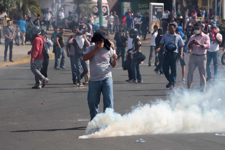 Des manifestants ciblés par des tirs de gaz lacrymogènes lors d'une mobilisation contre la réforme des retraites à Managua, le 20 avril 2018.