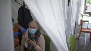Près de quatre millions de Français supplémentaires auront le droit de se faire vacciner contre le Covid-19 dès ce week-end.