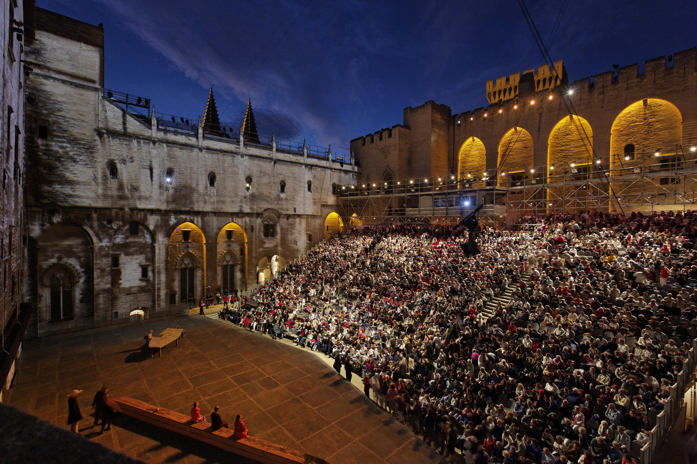 В Папском дворце в Авиньоне спектакли идут подд открытым небом.