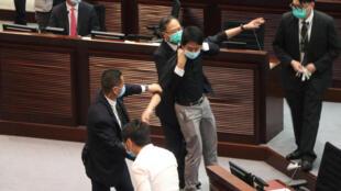 香港立法會《國歌法》投票當天保安擡走許智峰議員資料圖片