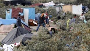 Лагерь мигрантов на севере Франции уже прозвали «джунглями» Кале.