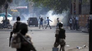 La police tire des gaz lacrymogènes lors d'une grève nationale exigeant la démission du président haïtien Jovenel Moise à Port-au-Prince, le 2 février 2021.
