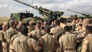 Pour la ministre française des Armées, Florence Parly, la priorité de la France reste la lutte contre l'EI. Ici, avec des soldats de l'opération Chammal, en février 2019.