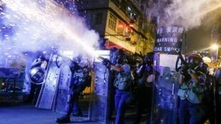 Cảnh sát bắn hơi cay vào người biểu tình tại Thâm Thủy Bộ (Sham Shui Po), Hồng Kông ngày 14/08/2019.