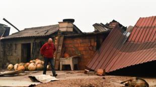 Uma habitante da aldeia de Vila Nova de Ventosa observa os estragos causados após o incêndio.