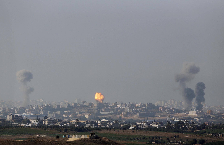 Israel segue com ofensiva e lança mais de 100 foguetes contra a Faixa de Gaza.