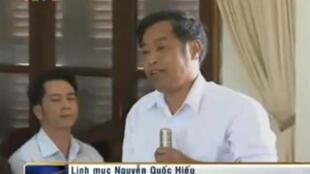 """Người được Đài truyền hình VTV1 gọi là """"linh mục Nguyễn Quốc Hiếu""""."""