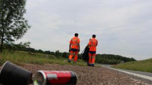 """""""Pare de jogar lixo, a estrada não é uma lata de lixo!"""" campanha de conscientização."""