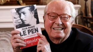 Jean-Marie Le Pen, co-fondateur du Front national, avec le 1er tome de ses mémoires, en 2018.