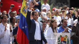 Jagoran 'yan adawar Venezuela Juan Guaido, da ya ayyana kansa a matsayin sabon shugaban kasa, tare da magoya bayansa a birnin Caracas.