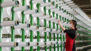 Ảnh minh họa. Một xưởng dệt may ở phía bắc tỉnh Hồ Bắc, Trung Quốc, ngày 29/04/2020.
