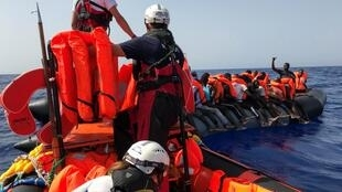 """Equipaje del barco humanitario """"Ocean Viking"""" al rescate de 85 migrantes en el mar Mediterráneo el 9 de agosto de 2019."""