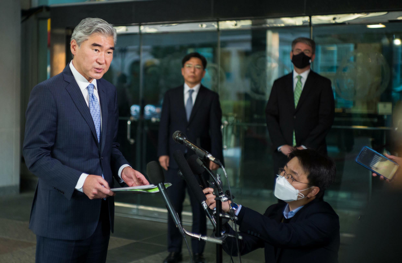 Sung Kim, representante especial de Washington para Corea del Norte, habla con los periodistas fuera del Departamento de Estado en Washington, el 18 de octubre de 2021