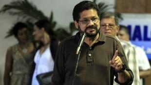 O negociador das Farc, Ivan Marquez, anuncia em Havana a suspensão do cessar-fogo unilateral.