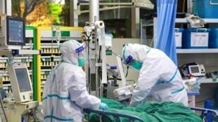 Врачи в провинции Хубэй рядом с пациентом, зараженным коронавирусом