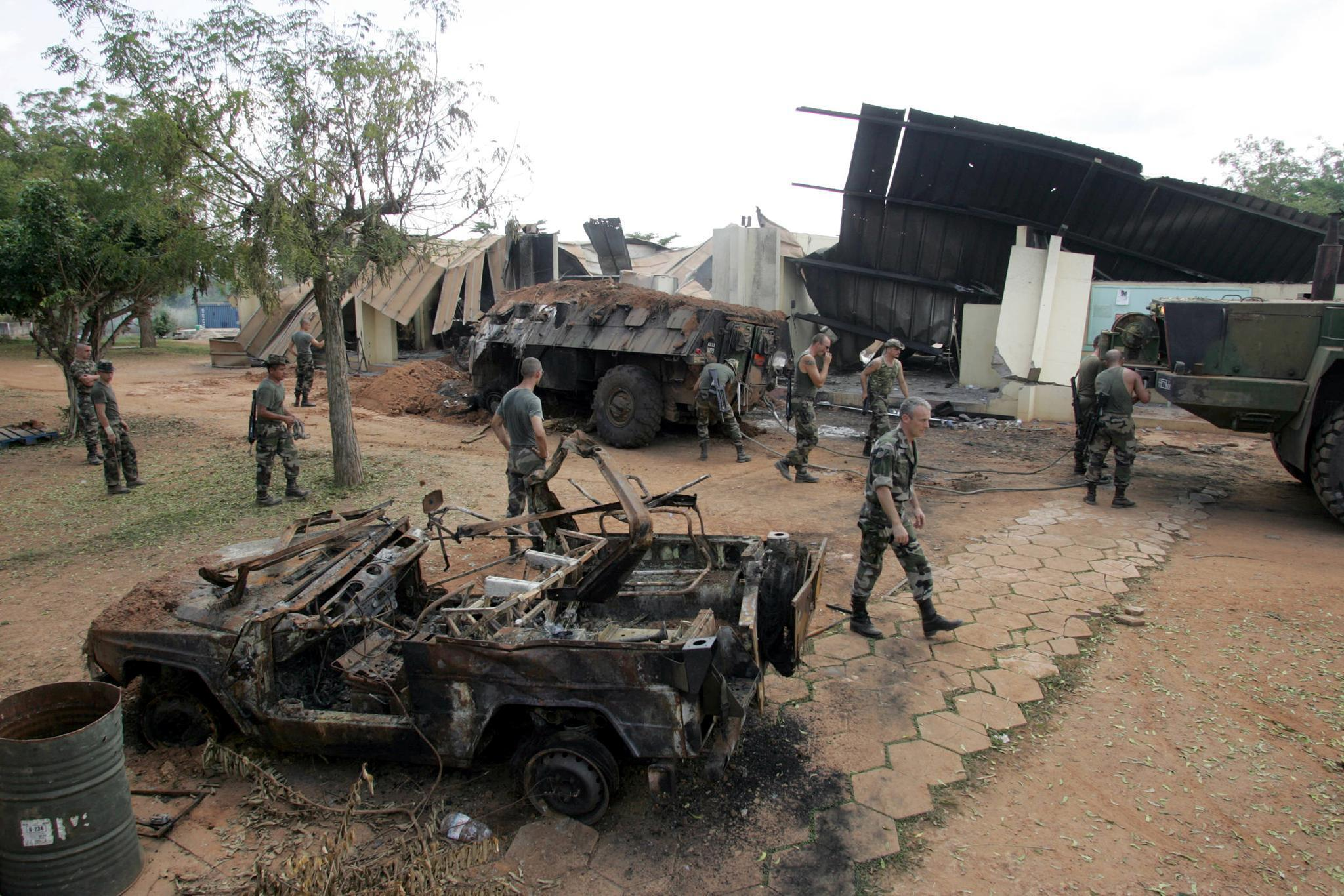 База фрацнузской операции «Единорог» в Буаке после бомбардировки 4 ноября 2004 г.
