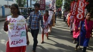 Des étudiants indiens manifestent dans la ville de Siliguri contre la série de viols qui a eu lieu dans le pays, le 7 décembre 2019