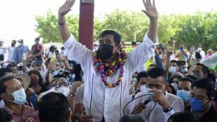 Félix Salgado Macedonio, acusado de violación por varias mujeres, saluda a sus simpatizantes durante el inicio de su campaña como candidato a la gubernatura del estado de Guerrero, en Acapulco, México, el 13 de marzo de 2021