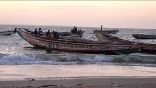 Des bateaux sur la plage de Barra (Gambie) le 5 décembre 2019.